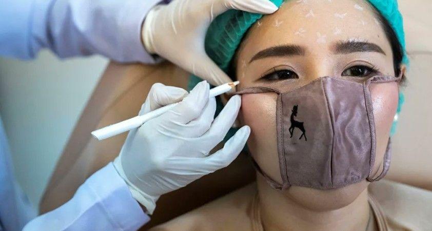 Tayland'da bir güzellik kliniği yakın temas uygulamalar için mini maske geliştirdi